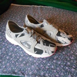 NWOT Cushion Walk Tennis Shoes/Sneakers
